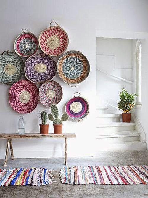 Decorar paredes con estilo y personalidad no es tarea fácil. Em kibuc te damos algunas ideas: marcos vacíos, fotos, platos de cerámica, cestas y mucho más.