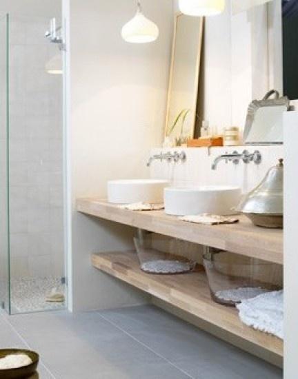 Mooie vloertegel in combinatie met hout. Ariadne badkamer 2009
