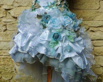 DIESE KLEIDER WERDEN VERKAUFT. Bitte fragen Sie mich, wenn Sie etwas ähnliches. Sie können in Ihren Farben gemacht werden.   Dieses Kleid etwas Erstaunliches... wie Schneeflocken braided mit Regenbogen.. ...wie Blumen geschnitzt aus Amethyst, Rubine, Smaragde und Saphire... ...werden umgeben dich.. ...und bringt romantische Gefühle für Ihren großen Tag... Bereit zu gehen und die schönste Braut zu schmücken... Einzigartig durch Design und atemberaubende handgefertigte Rosen, einerseits…