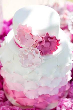 Pembe düğün pastası