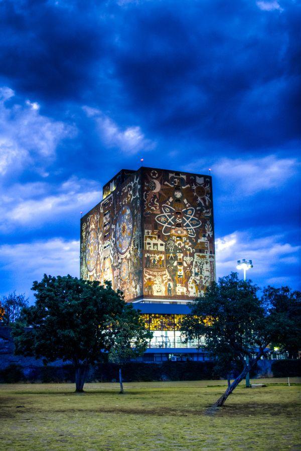 Mural en el edificio de la Biblioteca Central de la Universidad Nacional Autónoma de México. (UNAM). Ciudad Universitaria, Ciudad de México.