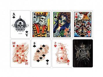 Karty Bicycle Club Tattoo (tatoo) to unikalna talia 54 kart. Na każdej karcie znajdują się oryginalne dzieła sztuki stworzone przez artystów z najbardziej znanego studia tatuażu z Las Vegas .World Famous Club Tattoo został założony w 1995 roku przez Chestera Benningtona (wokalistę zespołu Linkin Park) i liderów branży Seana i Thorę Dowdell tworząc najlepsze studio tatuażu na świecie. Każda karta ma swój własny styl sztuki tatuażu, w tym czaszki, japońskie tradycje, dzień zmarłych oraz…