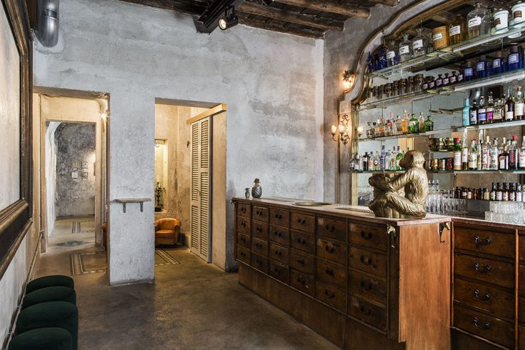 Sacripante Art Gallery is not an ordinary gallery by any means. Located in the historic center of Rome, the space looks nothing like the galleries we are used to.