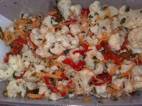 Цветная капуста по корейски — чудесное блюдо, которое оценят многие, особенно на празднике, под водочку.  Ингредиенты:  морковка — 1 шт. (большая) капуста цветная — 1 кг специи для морковки по корейски — 1 пакет (продают в супермаркетах) перец болгарский — 1 шт. (небольшого размера) чеснок — 1 головка уксус — 4 стол. ложки растит. масло — 0,5 стакана петрушечка