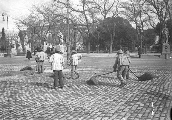 Barrenderos en la Plaza de Oriente a principios del SIglo XX. Grandes escobones, pero con que recogían???? Ah...