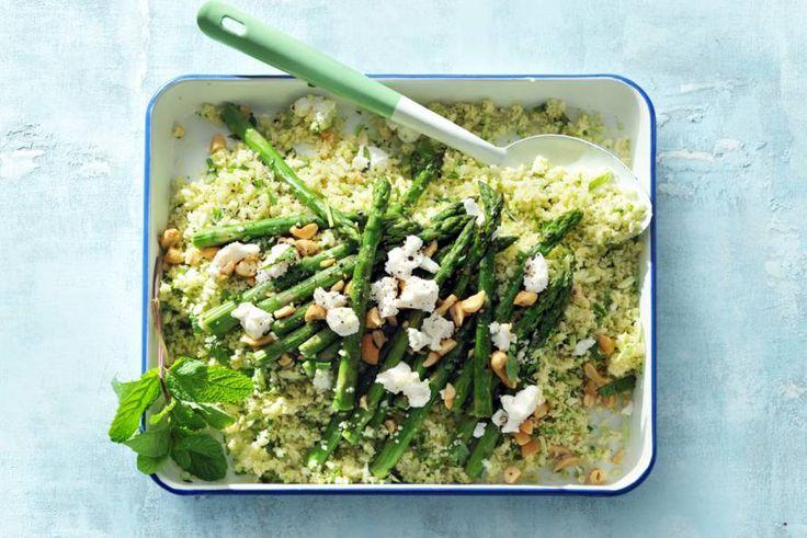 De zachte smaak van groene asperges doet het goed bij de kruidige couscous met geitenkaas. - recept - Allerhande