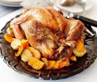 Färsfylld kalkon i ugn är klassisk festmat, här med rostad pumpa och potatis samt gräddsås med timjan. Kalkonen är fylld med en saftig och smakrik fyllning av fläskfärs, lök, äpple, aprikos, ägg och bröd. Stek kalkonen i ugnen, på lite lägre temperatur under lång tid. Då blir den mör och god.