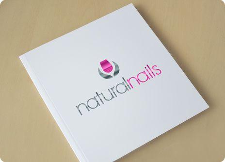 NATURAL NAILS: Diseño de logotipo para empresa de belleza de manos y uñas. El logotipo trabaja se basa en la forma de una uña rodeada por dos hojas que crean un símbolo que recuerda la forma de una flor. De esta manera hemos unido la idea de naturaleza y uñas.