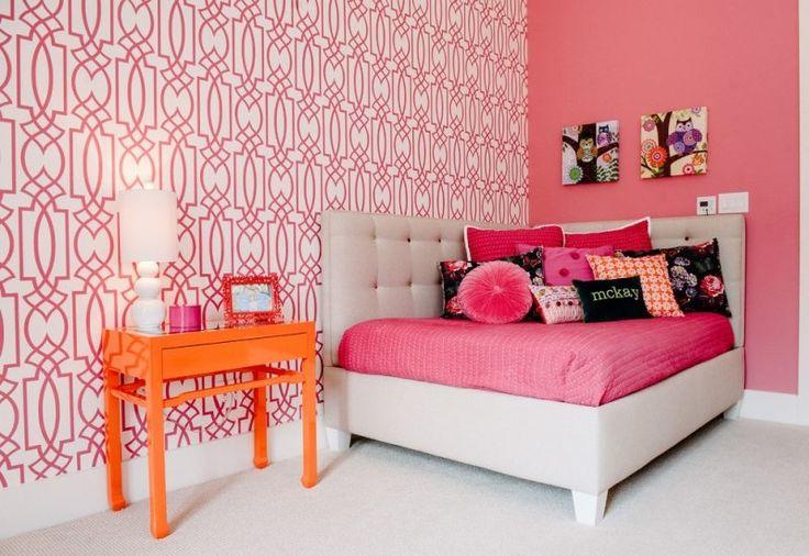 chambre ado fille avec mur corail, mur en papier peint et console orange