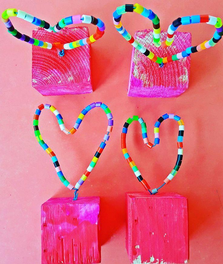 ~Knutsel voor moederdag: hart-troffee ❤ Houten blokje beschilderen-strijkkralen rijgen aan ijzerdraadje-vastlijmen met lijmpistool in geboord gaatje. Hart model vormen en klaar~