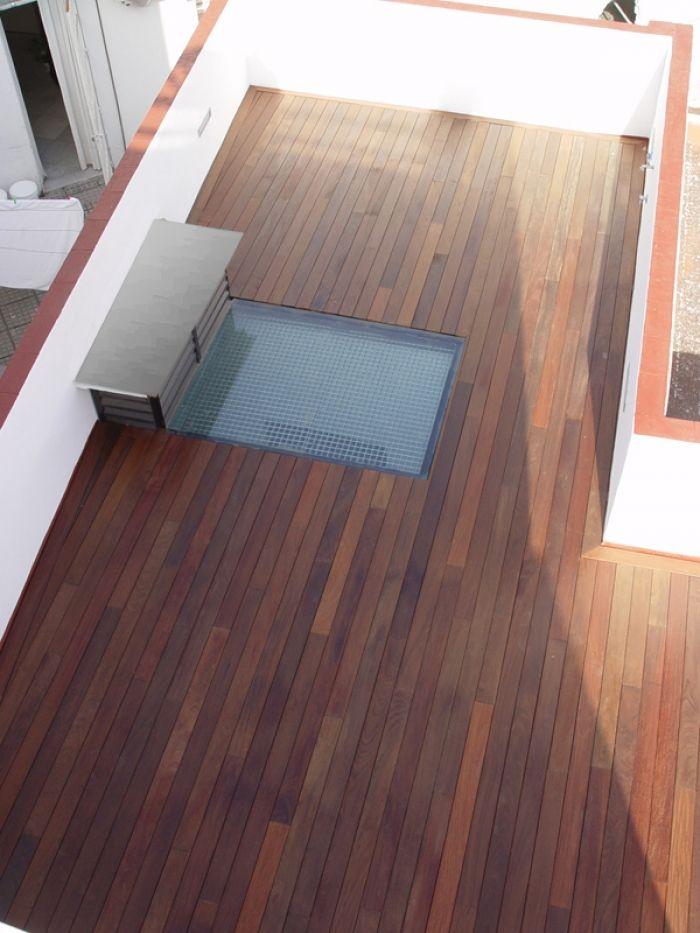 Tarima de madera de exterior de IPÉ aceitada instalada sobre rastreles de pino cuperizado con sistema de fijación invisible