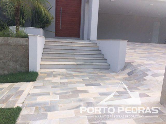 Revestimento de  piso em pedra Mineira Guapé branca e cinza