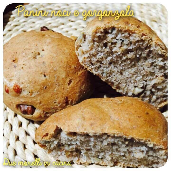 I panini noci e gorgonzola sono perfetti da servire con dei salumi oppure per un buffet insieme ad altri tipi di panini. Sono facili da preparare e molto buoni grazie alle noci e gorgonzola che si sposano perfettamente.