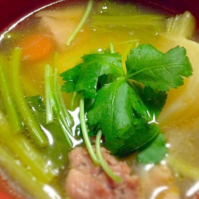 鶏がらスープと鰹、昆布、干し椎茸を合わせた和風だしを合わせて、醤油と酒、塩で味付けたシンプルなお吸い物風♪  具材は鶏肉、金時人参、かぶ(葉っぱも♪)、トッピングの三つ葉と柚子皮。  お餅に飽きたら麺類もイケちゃうスープです(笑) - 43件のもぐもぐ - 我が家のお雑煮★ by RIE5839
