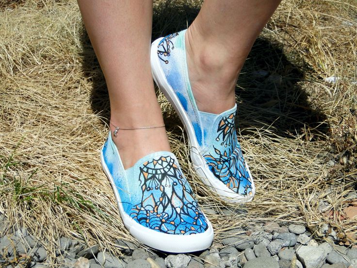 Suntem in mijlocul sezonului de festivaluri, astfel ti-am pregatit o idee creativa cu care poti sa fii chiar tu vedeta. Daca ai acasa o pereche de pantofi, de preferabil tenisi, culoare deschisa, iti prezentam o activitate amuzanta si inventiva. Te invitam sa-ti creezi propriul pantof, in stilul tau. 👟