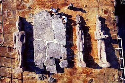 Estatuas de diosa egipcia Isis, el dios Hapi, y un faraón egipcio no identificado.