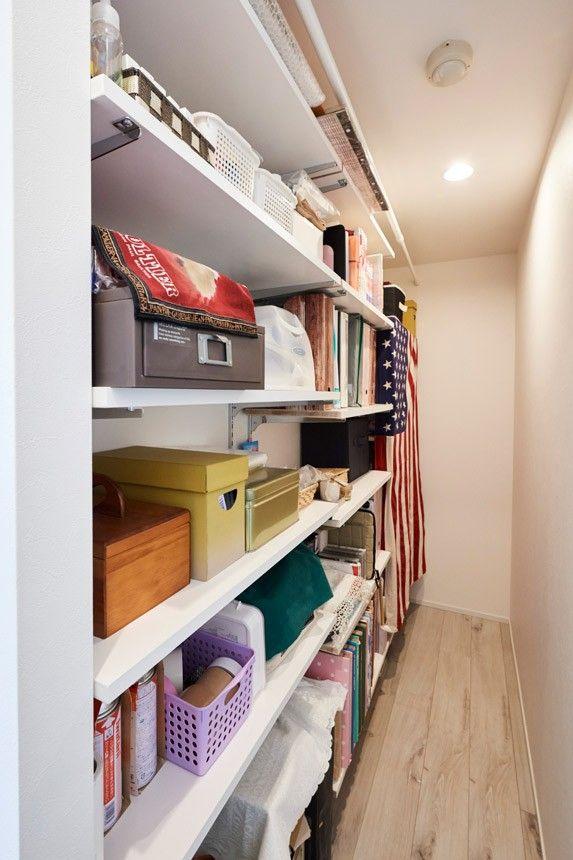 テレビ裏には縦長の収納スペースを作った 雑貨類やパントリーとしての
