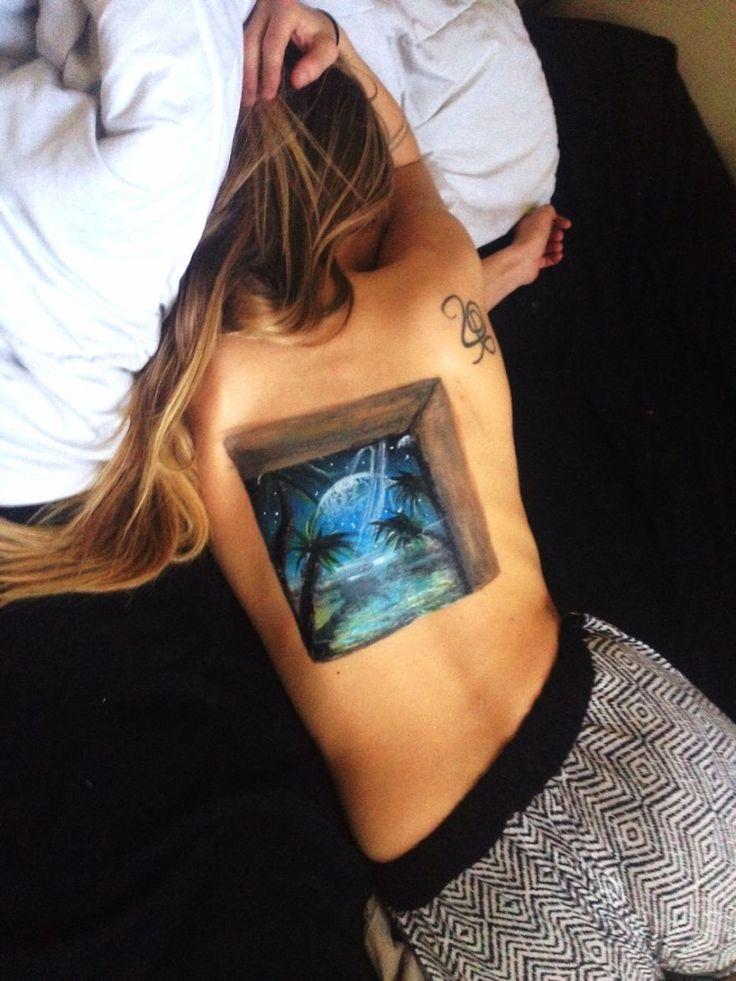 Парень рисует на спине своей девушки 3D рисунки