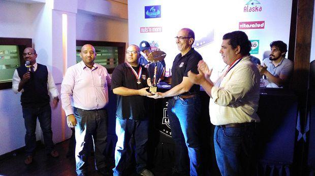 Steelers reciben trofeo de campeones Liga Dominicana de Football Americano