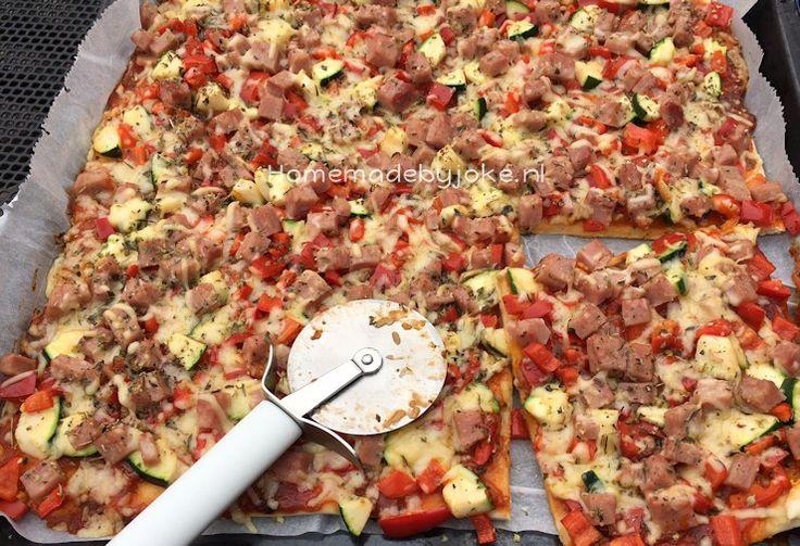 Pizza met ham, verse groenten en kaas. Lekker en gemakkelijk om zelf te maken. Ik gebruikte een mix voor pizzadeeg en de pizza staat in no-time op tafel