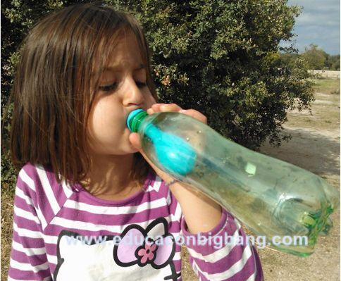experimento de presion del aire infla un globo dentro de una botella