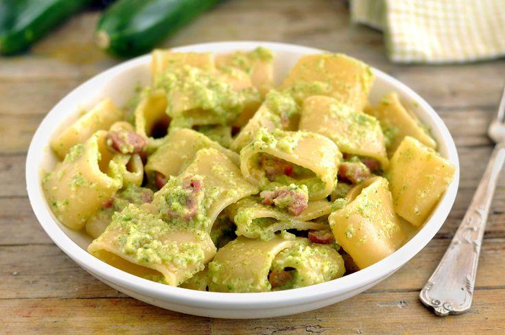 La Pasta con crema di zucchine e speck è un piatto semplicissimo. Fresco ma dal gran gusto. Un primo leggero e davvero unico nel suo genere.