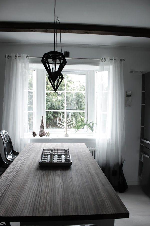 kök, färgade gardiner, svarta och vita gardiner, köksfönster, dödens lampor, svarta lampor i taket, köksö, inredning julen 2013, diy pyssel 2013, julen 2013, ljusstake trä från granit, gran av naturmaterial, blomsterlandet,