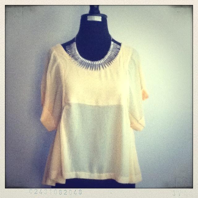Blusa amarillo pastel  Collar plateado
