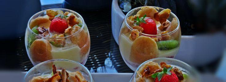 Il Tiramisù con fragole, kiwi e mandorle caramellate  è una fresca variante del classico dessert della tradizione italiana.  Un dolce veloce, goloso che piacerà agli amanti dei dolci e delle belle presentazioni.