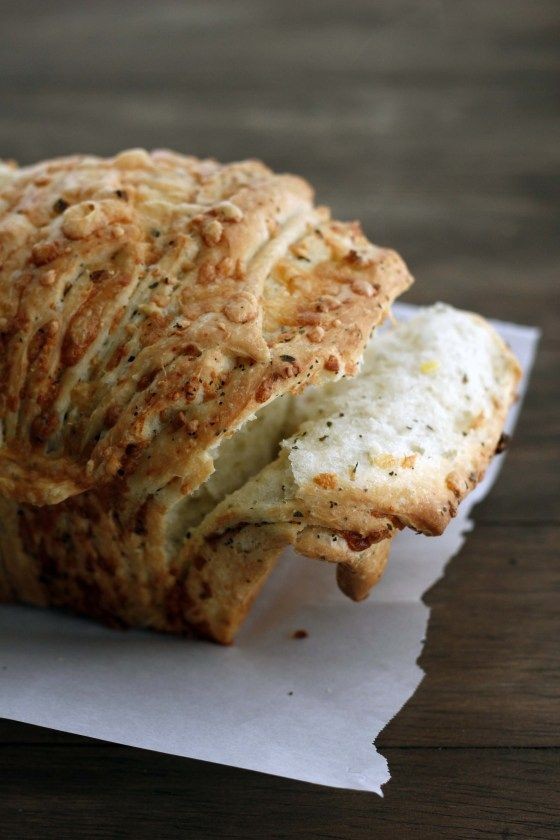 cheesy garlic herb pull-apart bread | bakeologybylisa.com
