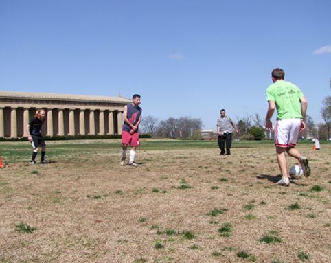 コラム日々是蹴球「ナッシュビルのボール 」カナダのナッシュビルで毎週火木金土のお昼時に開催される「Nashville Centennial Park Lunch Soccer」でのおはなし。