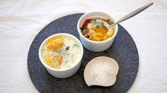 Bakte egg med grønnsaker er en utrolig enkel frokost- eller lunsjrett. Du kan til og med gjøre formene klare dagen før så det eneste som gjenstår er selve steketiden i ovn. Her kan du bruke de grønnsakene du har tilgjengelig, men jeg synes det passer utrolig godt med chilistekt sopp, spinat og tomat til de bakte eggene.