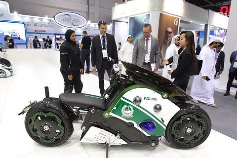 "328 curtidas, 5 comentários - Bike Nation magazine® (@bikenationmagazine) no Instagram: ""Robot bike and concept 'flying bike' unveiled by Dubai Police at #gitex2017 . #dubaipolice , you…"""