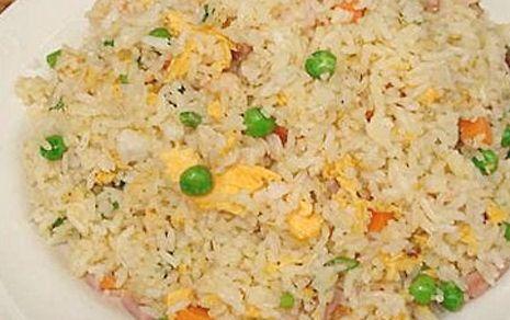 Nasi biak is een eenvoudige lichte nasi goreng zonder ketjap. De smaak van de ham geeft de nasi de speciale smaak. Heerlijk met kroepoek,...