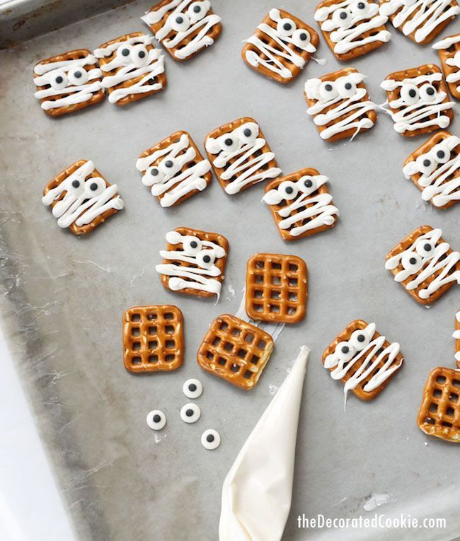 Non-scary Halloween DIYs for kids: Mummy Pretzels at The Decorated Cookie