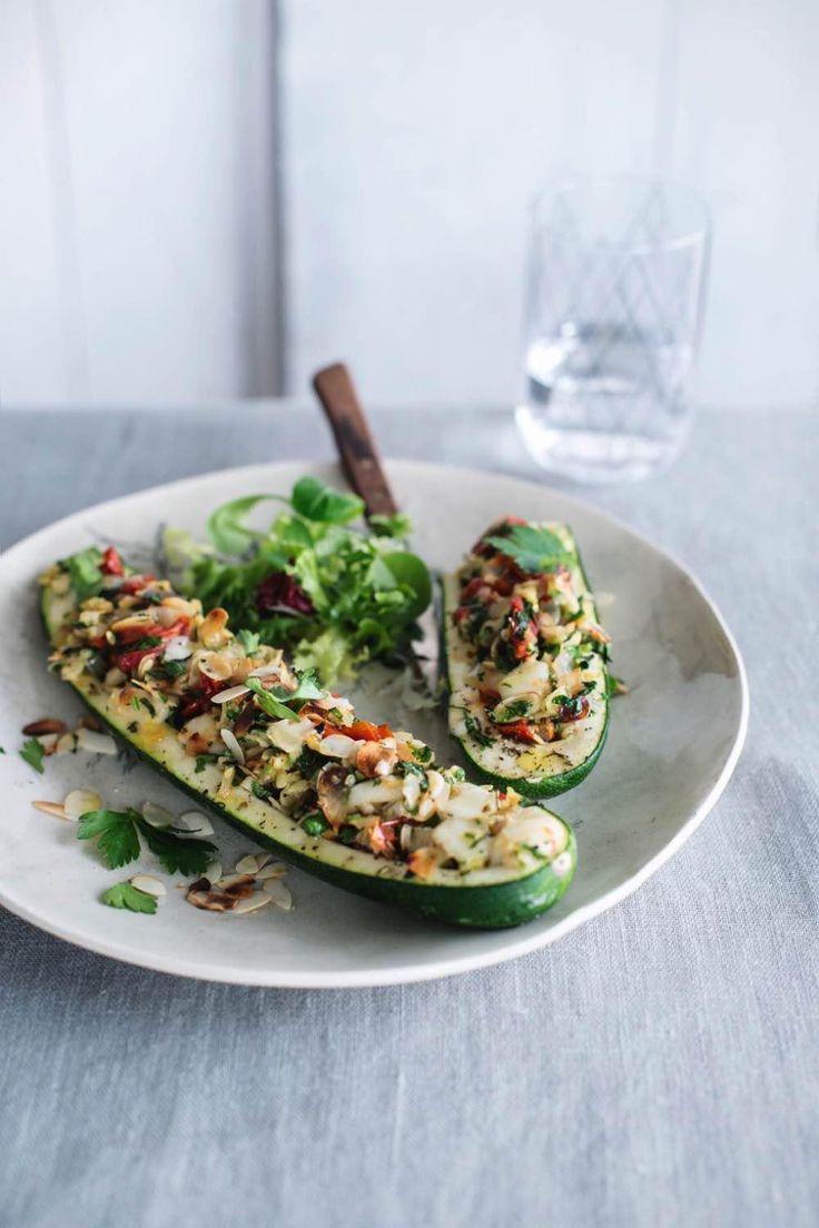 Recept: Gevulde courgettes met zongedroogde tomaten, fetakaas en amandelschilfers | Sandra Bekkari - Nooit meer diëten