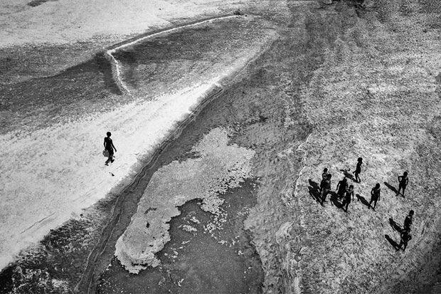 Fotograful Santu Mondal si-a propus sa surprinda cateva peisaje interesante de pe un pod ce trece peste raul Mayurakshi din India. Dedesubt a descoperit insa un subiect care l-a inspirat mai mult i...