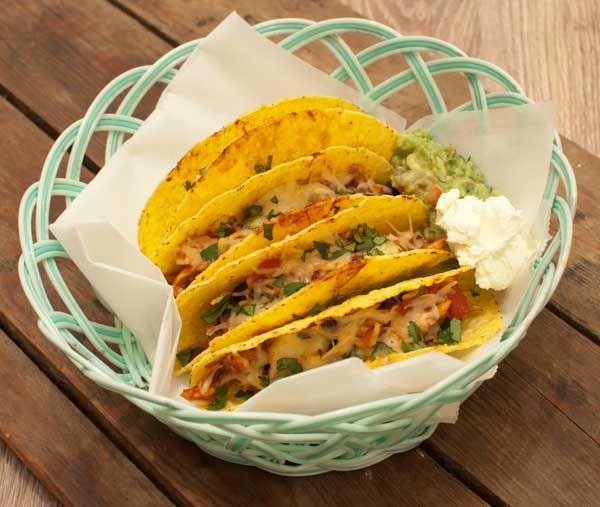Deze taco's met kip zijn om je vingers bij af te likken. Niet moeilijk om te maken en in een half uur op tafel. Lekker met zure room en guacamole.