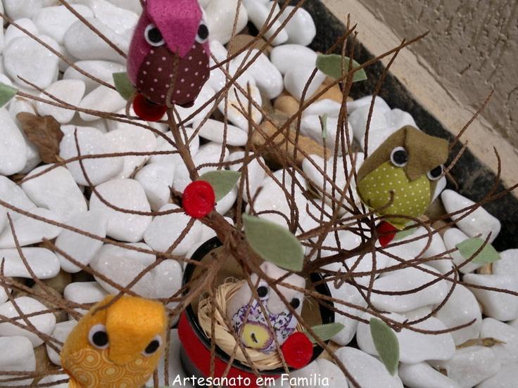 Com um galho do jardim, um pouco de argila, tecidos e feltros confeccionei essas lindas corujinhas de 4 cm.