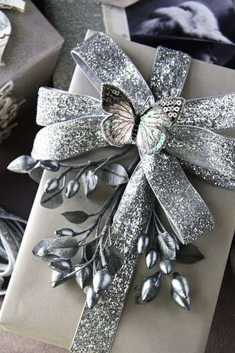 Gift wrapping - Choose a single color and use it for wrapping paper, ribbon and embellishments - #giftwrapping #silver #Emballage Cadeau