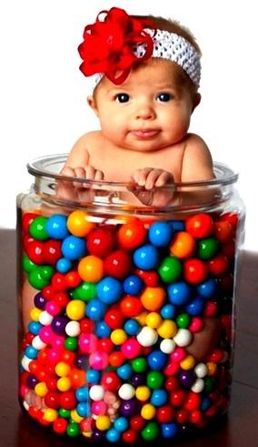Baby girl in a jar with gum balls Toni Kami ~•❤• Bébé •❤•~ Cute baby photography idea DIY