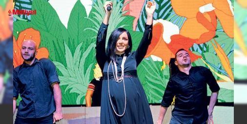 Gülşenden şaşırtan performans : Yedi aylık hamile olan şarkıcının sahne performansı dikkat çekti. Sahnede çözülen ayakkabı bağcığı için arkadaşlarından yardım isteyen şarkıcı alanı dolduran yüzlerce hayranı tarafından alkış yağmuruna tutuldu....  http://www.haberdex.com/magazin/Gulsen-den-sasirtan-performans/89983?kaynak=feeds #Magazin   #şarkıcı #dran #yüzlerce #alanı #isteyen