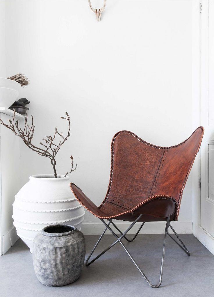 Leren vlinderstoel | leather chair | | vtwonen 02-2017 | Styling Sanne Pol | Fotografie Sonja Velda | Tekst Amber van Rijn
