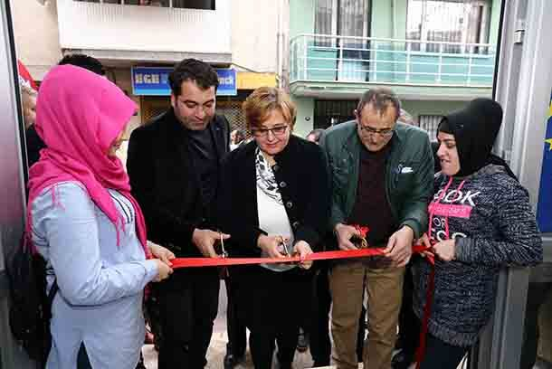 Eğitimle üretime katılacaklar İzmir'in merkez ilçesi Konak'ta hayata geçirilen AB projesi ile dezavantajlı mahallelerde yaşayan ve çeşitli sebeplerden ötürü iş bulamayan vatandaşlar verilecek mesleki eğitim kursları sayesinde iş sahibi olup, üretim sürecine katılacak. Konak Sosyal ve Kültürel Etkinlikler Vakfı'nın Konak Belediyesi ve Roman Kültürü Sosyal Yardımlaşma ve Dayanışma Derneği ile birlikte yürüttüğü 'Gelecek Eğitimde, Eğitim Konak'ta' adlı Avrupa Birliği (AB) projesinin 1. Kadriye…