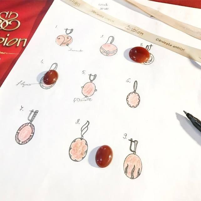 De la idee la schiță. De la schiță la culoare. Și de aici prin toate etapele confecționării manuale a unei bijuterii.   Aceasta este magia bijuteriilor, un gând gândit care prinde viață.