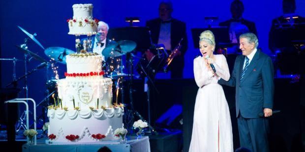 Lady Gaga'dan Tony Benett'e sahnede doğum günü sürprizi http://t24.com.tr/haber/lady-gagadan-tony-benette-sahnede-dogum-gunu-surprizi,305183…