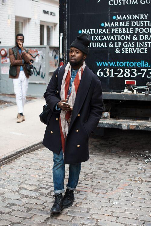 黒ニットキャップ×金ダブルボタン紺ショールカラーコート×デニムシャツ×デニムパンツ×黒ブーツ