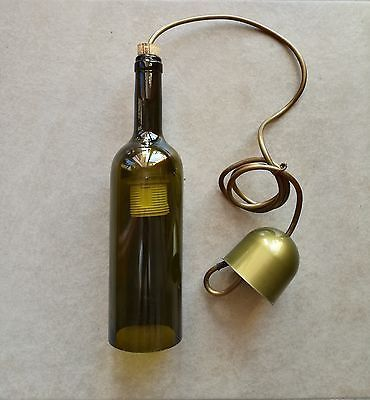 Lampadario realizzato con bottiglia di vino