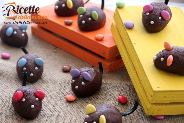 I topini al cioccolato sono dei biscotti originalissimi per una festa tra bambini o ancora meglio per la festa di Halloween. Saranno un dolcetto di sicuro effetto per i vostri bambini, che oltre alla vista soddisferà anche il palato. Procedimento Sbriciolate i frollini e poneteli in una ciotola. Unite il Philadelphia e amalgamate bene l'impasto. […]