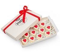 Конфеты в виде сердца из белого шоколада с начинкой из нежного крема «клубничный чизкейк».  Отличный подарок любимому человеку, который передаст нежность и глубину ваших чувств.